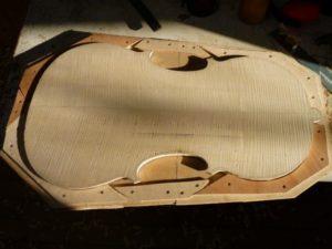 Het achterblad van de cello is uitgezaagd