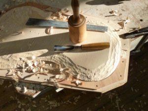 Het begin van het ruwe hakken aan het cello achterblad
